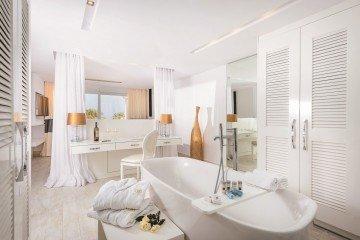 Deluxe Island Spa Suite