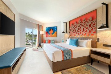 Deluxe Partial Ocean View with One King Bed (Family i Adults Only)